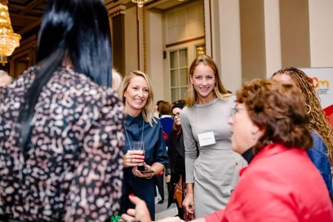 Des invitées du 26e Prix Femmes de mérite réseautant entourées de la directrice de la Fondation Y des femmes, Isabelle Lajeunesse